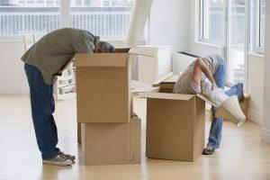 Couple prépare avant cartons pour déménagement sans stress